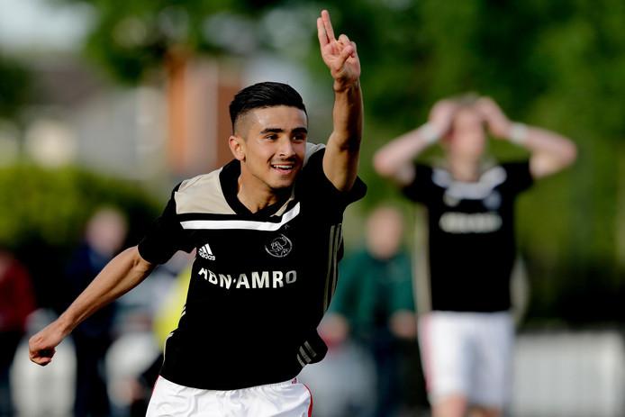 Naci Ünüvar juicht na een goal voor Ajax onder 19 tegen Sparta.