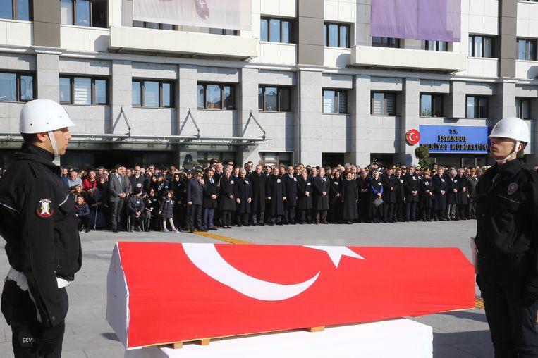De ceremonie voor de omgekomen agenten in Istanbul. Beeld AFP