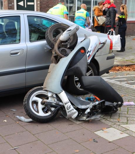 Scooterrijder naar ziekenhuis na botsing op kruising in Eindhoven