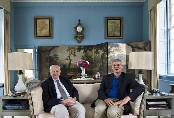 Baron Henk van Tuyll van Serooskerken samen met zoon Sammy in de Blauwe Salon, één van de privévertrekken in Kasteel Heeze.