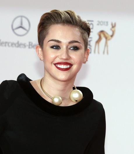 Miley Cyrus brengt eerbetoon aan Elvis in nieuwe clip