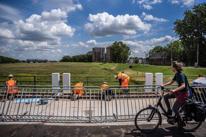 Het doorlaatwerk over de 'Groene Rivier' bij Malburgen krijgt een opknapbeurt.