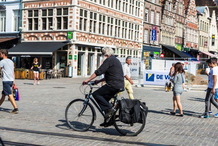 Archiefbeeld van een fietser zonder helm in Gent.