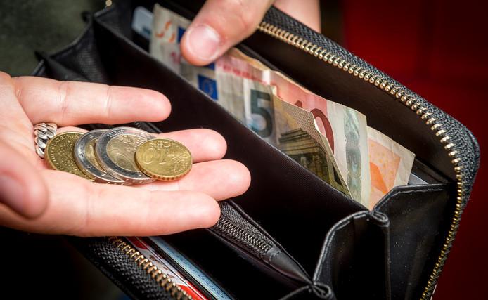 Het huishoudgeld kan maar een keer worden uitgegeven, merken ook veel minima. Na drie jaar bijstand krijgen ze in de gemeente Ommen een toeslag.