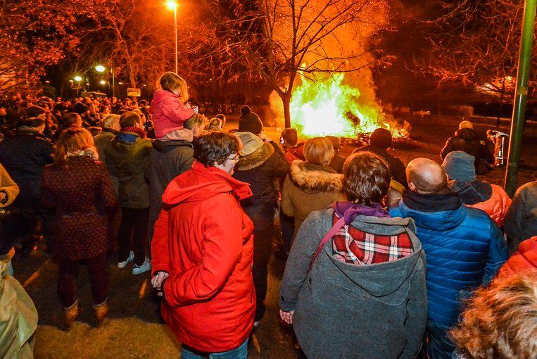 Er was opnieuw grote belangstelling voor de kerstboomverbranding op het stadsdomein Oosthove. Heel wat jonge gezinnen waren present.