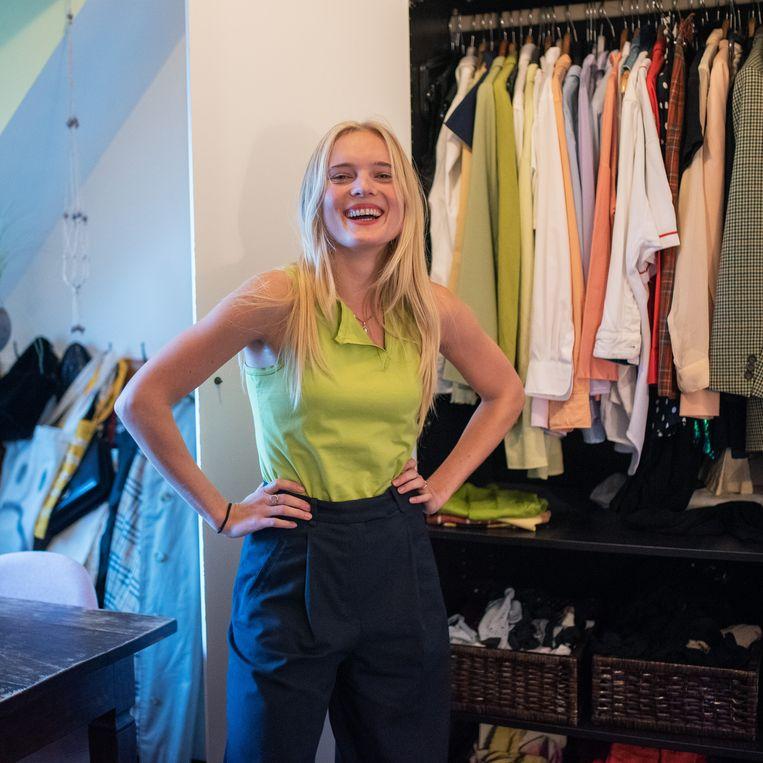 Simone Kuijer (24) verkoopt sinds haar 16de via Marktplaats en sinds 3 jaar ook via United Wardrobe kleding die ze niet meer draagt. Beeld Sabine van Wechem