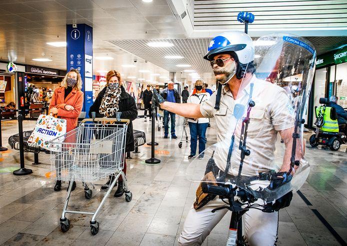 """""""Agenten"""" wijzen publiek in winkelcentrum Sterrenburg op coronaregels."""