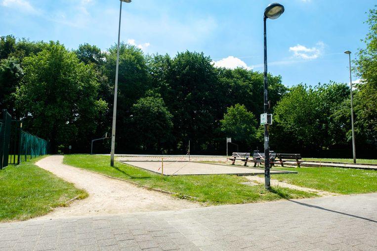 Sportpleinen in Boechout mogen vandaag voor het eerst weer open sinds het uitbreken van de coronacrisis. Hier het petanquebaan en basketbalplein aan De Bunderkes.