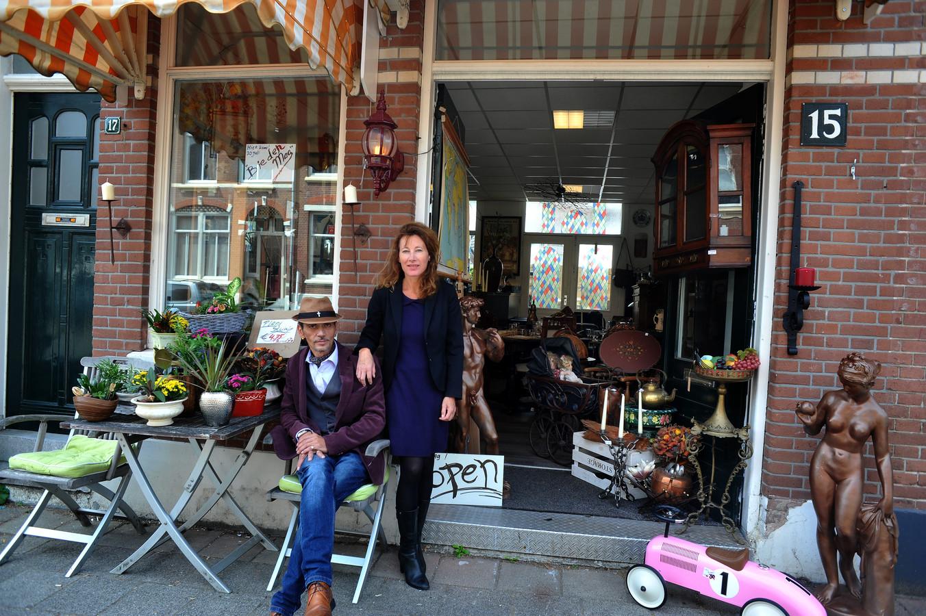 Virgilius Silvester van Daal en Jeanette Stuij voor hun winkel aan de Krommedijk. Hij kent vrijwel alle Dordtse psychisch kwetsbare personen, verslaafden en daklozen.
