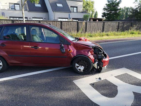 Aan de impact op de Ford Fiesta te zien, ging het om een zware klap.