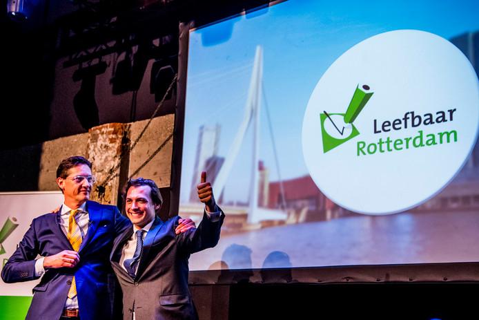 Joost Eerdmans (L) van Leefbaar Rotterdam en Thierry Baudet van Forum voor Democratie tijdens een verkiezingsrally voor de gemeenteraadsverkiezingen. De partijen blazen hun samenwerking nieuw leven in.