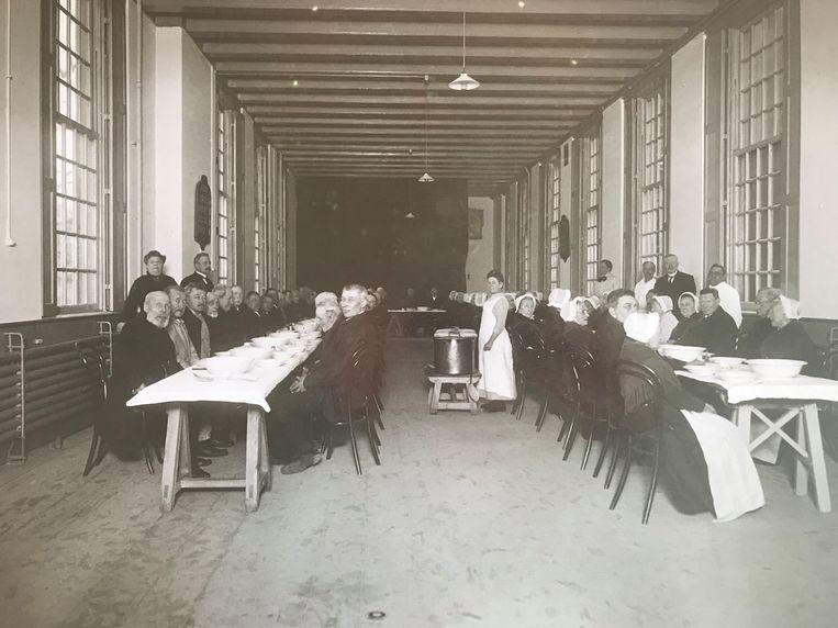 De foto van de eetzaal van de Diaconie omstreeks 1870. Soep en brood op het menu.  Beeld Luther Museum