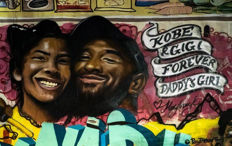 Een muurschildering van Kobe Bryant en zijn dochter in Los Angeles.
