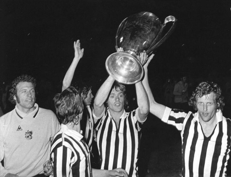 Heinz Stuy, Johan Cruijff, Willem Suurbier, John Rep en Piet Keizer met de derde Europabeker, in 1973. Beeld anp