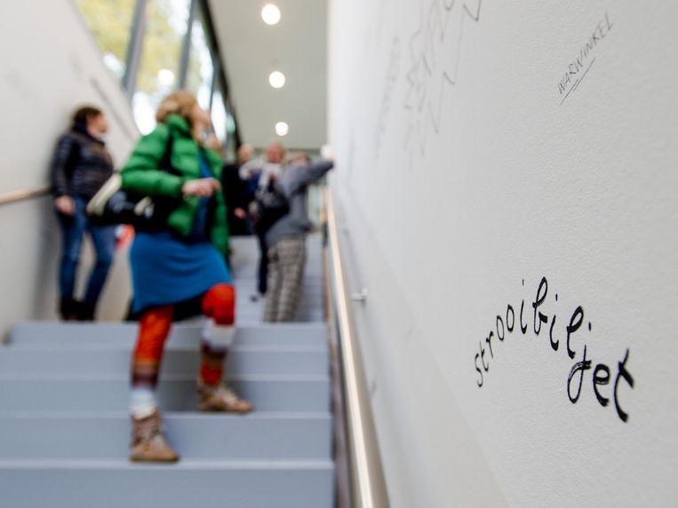 Bezoekers bekijken de overzichtstentoonstelling van dichter en schilder Lucebert in de culturele buitenplaats Kranenburgh, te Bergen. Beeld anp