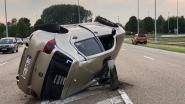 Wagen belandt op flank, bestuurder ongedeerd