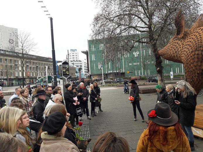 Een veertigtal dierenvrienden kwamen zondagmiddag bijeen op het Stationsplein in Eindhoven om de 2500 varkens te gedenken die vorige week omkwamen bij een brand in Biezenmortel.