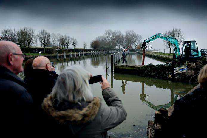 Havenmeester Jaap van Oudheusden sloeg gistermiddag de eerste damwand.