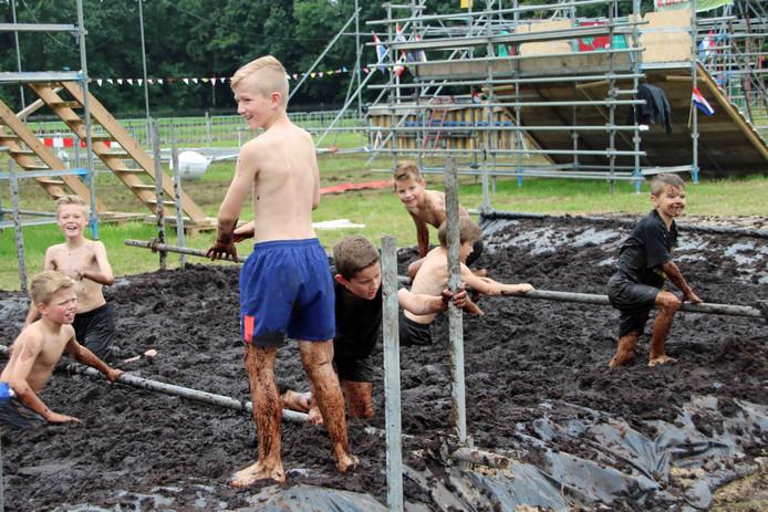 Sam Nederkoorn (rechts) speelt in het modderbad
