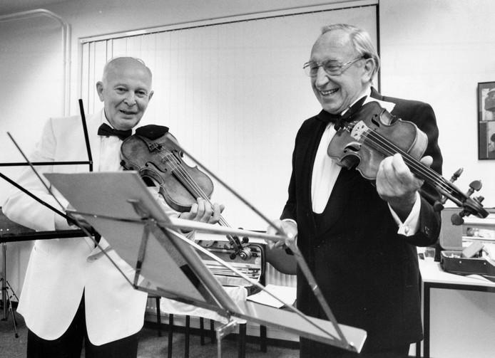 Hengelo - Herman Krebbers (rechts) en Theo Olof spelen samen ter gelegenheid van de opening van de muziekschool op 8 oktober 1993 editie archief  Foto Carlo ter Ellen DTCT  CTE19931008