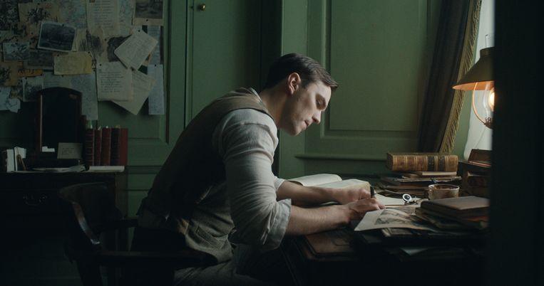 Nicholas Hoult als de jonge J.R.R. Tolkien. Beeld