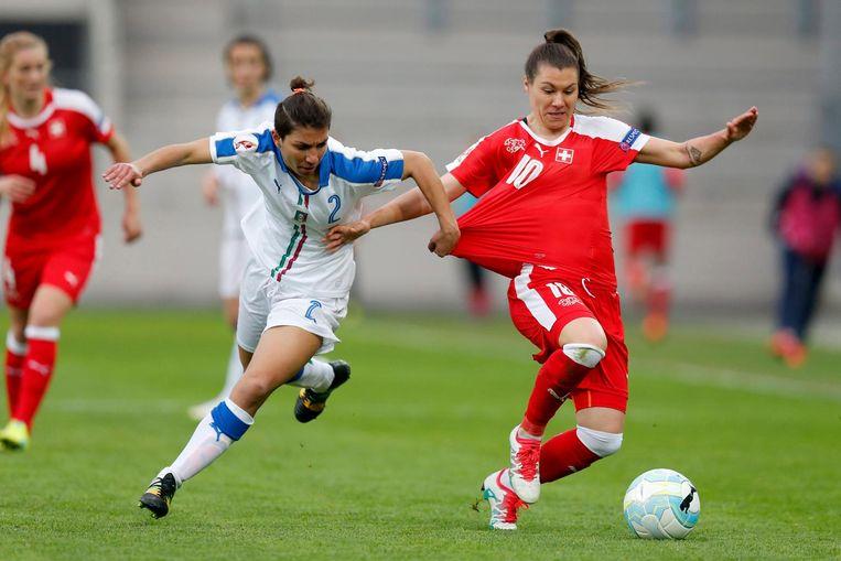 Ramona Bachmann (rechts) in duel met Elisa Bartoli van Italië. Beeld epa
