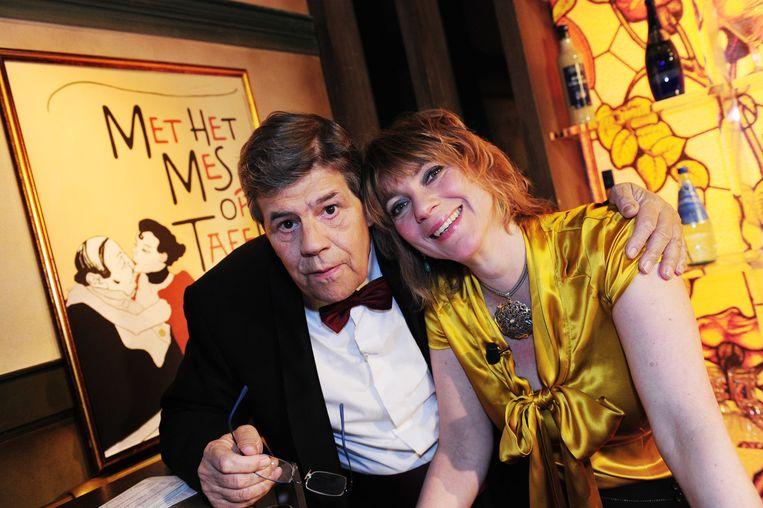 Joost Prinsen met barvrouw Mylou Frencken in het programma Met het mes op tafel van Omroep Max. Beeld ANP