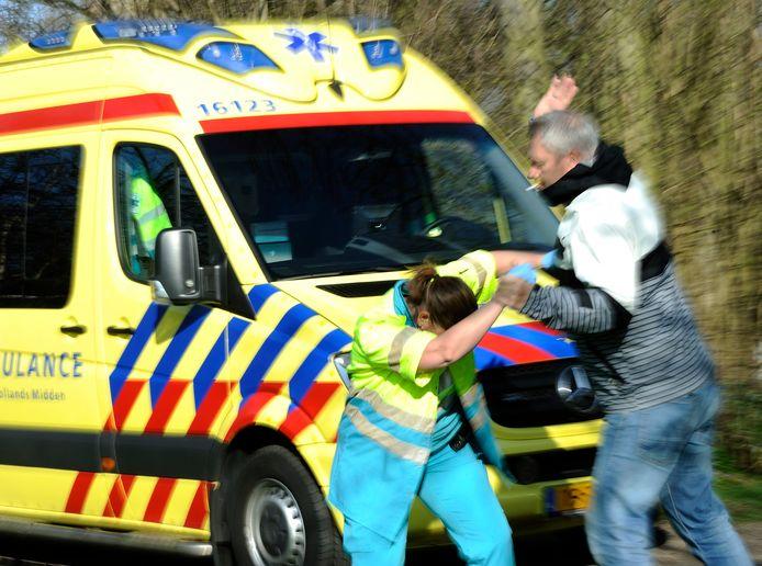 Agressie tegen een ambulancemedewerker (geënsceneerde foto).