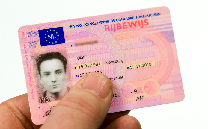 Jonge bezoekers in een kroeg moet naar een ID-bewijs worden gevraagd voordat ze alcohol kunnen kopen.
