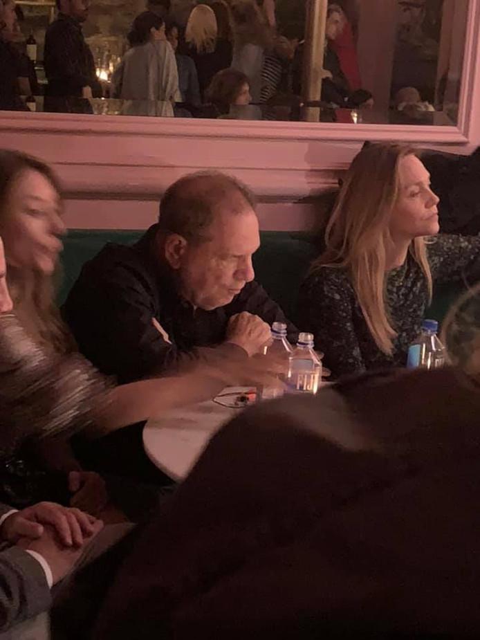 Harvey Weinstein sort dans un bar de Manhattan, le public devient hystérique.