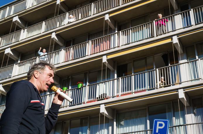 Drie volkszangers uit het Westland, Ronnie Ronaldo (foto), John Dame en Mark Verkade, zingen voor de bewoners van verpleeghuis Wijndaelercentrum in de Haagse wijk Loosduinen.