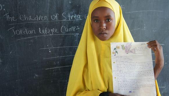Het Somalische meisje Hibo Mahamed Dubow met haar brief.
