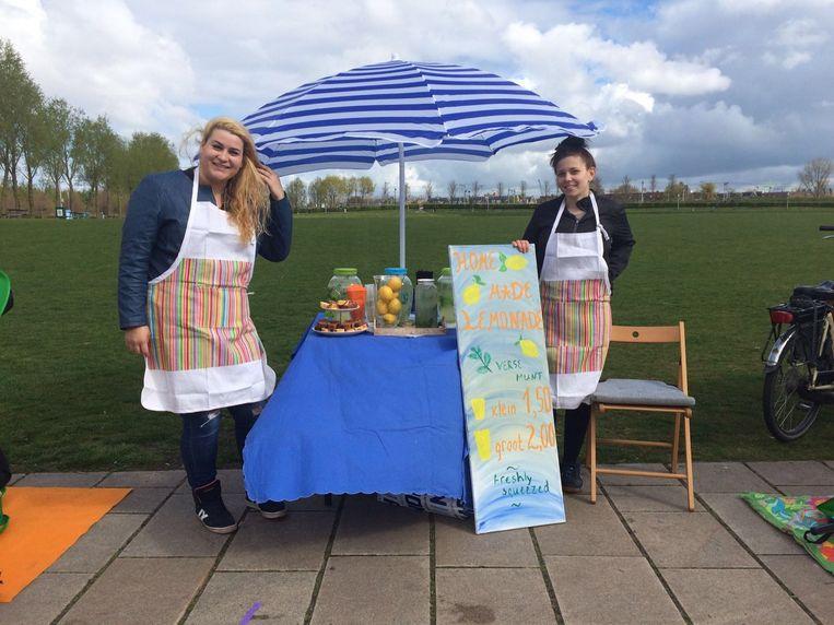 Het duo Gergana en Gergana verkoopt citroenlimonade Beeld Hannah Stove