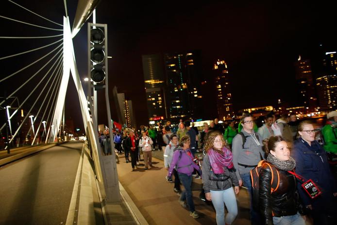 De deelnemers lopen van Rotterdam naar Den Haag.
