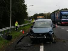 Weer vliegt een auto uit beruchte bocht op A28/A50, voertuig zwaar beschadigd
