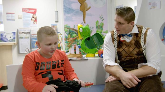 Rico Verhoeven - in clownspak - samen met Luca in het Sophia Kinderziekenhuis.