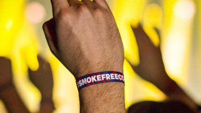Polsbandjes moeten sigaret uit concertzaal weren