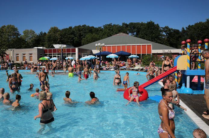 Tijdens een normale zomer kunnen er 2500 mensen een koude duik nemen in zwembad De Schaeck. Door corona mogen er maar 800 naar binnen.