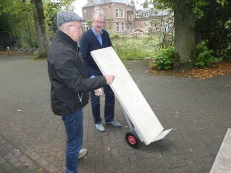 Gevelplaat van de oude 'Klumpkesschool' van de Mijlstraat in Boxtel veilig bij MUBO