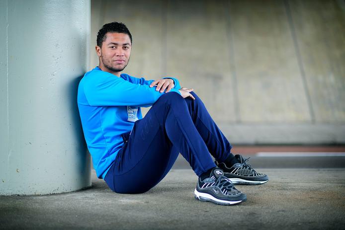 Rayvano van de Merwe kan het betaalde voetbal door blessureleed vergeten. Hij verlaat FC Dordrecht om bij zijn eerste club EBOH te gaan spelen.