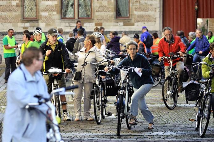 Deelnemers stappen op de fiets in het Markiezenhof. foto Peter van Trijen/het fotoburo