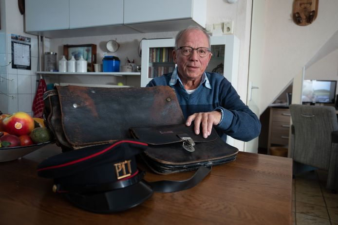 Nico van Mierlo laat zijn originele posttassen en -pet zien.