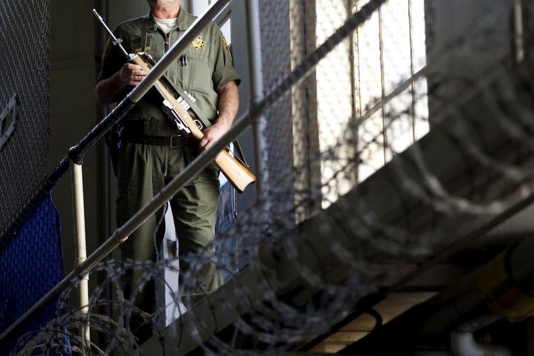 Een bewaker in de gevangenis van San Quentin.
