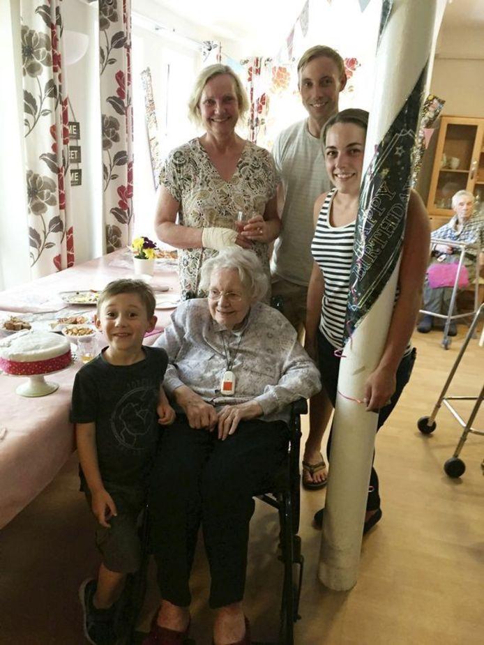 Rita Reynolds met dohter Cindy Phillips, kleinkinderen Henry en Mary achterkleinzoon Sebastien.