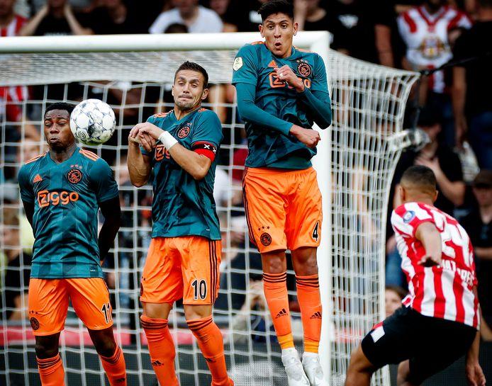 Mohammed Ihattaren schiet de bal over de muur met Quincy Promes, Dusan Tadic en Edson Alvarez.