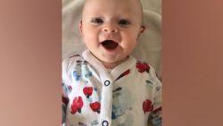 De lach van deze baby is om te smelten: Georgina is dolgelukkig als hoorapparaten aangaan