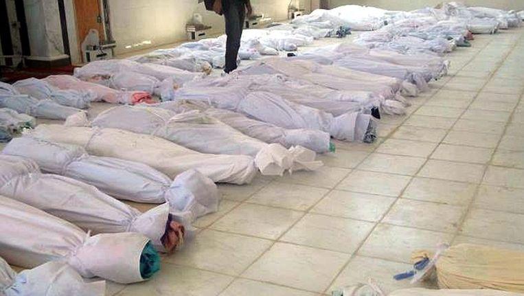 De lichamen van Syrische inwoners van de stad Houla, na het bloedbad afgelopen vrijdag. Beeld EPA