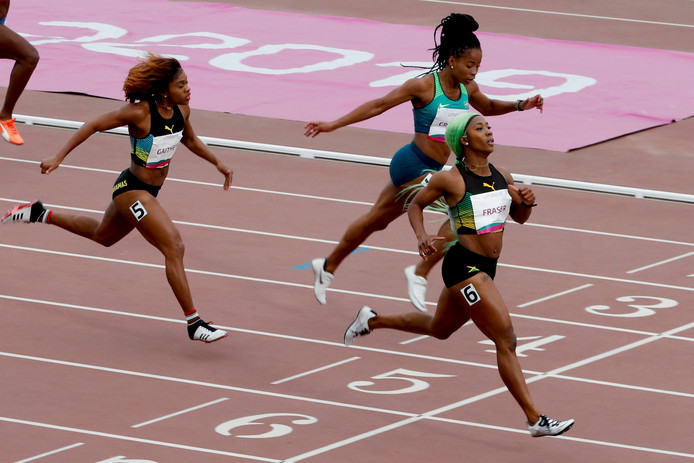Shelly-Ann Fraser-Pryce komt over de meet.