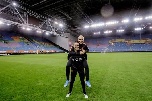 Sherida Spitse en Shanice van de Sanden kunnen vanavond in de Gelredome beiden een mijlpaal bereiken in het shirt van Oranje.