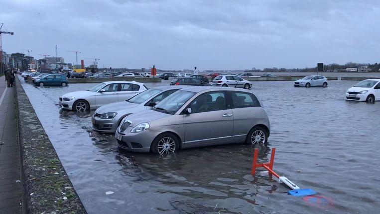 De parking staat onder water.